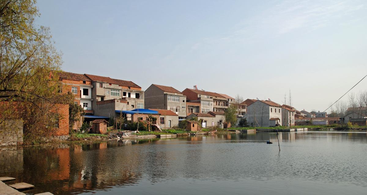 村后的池塘